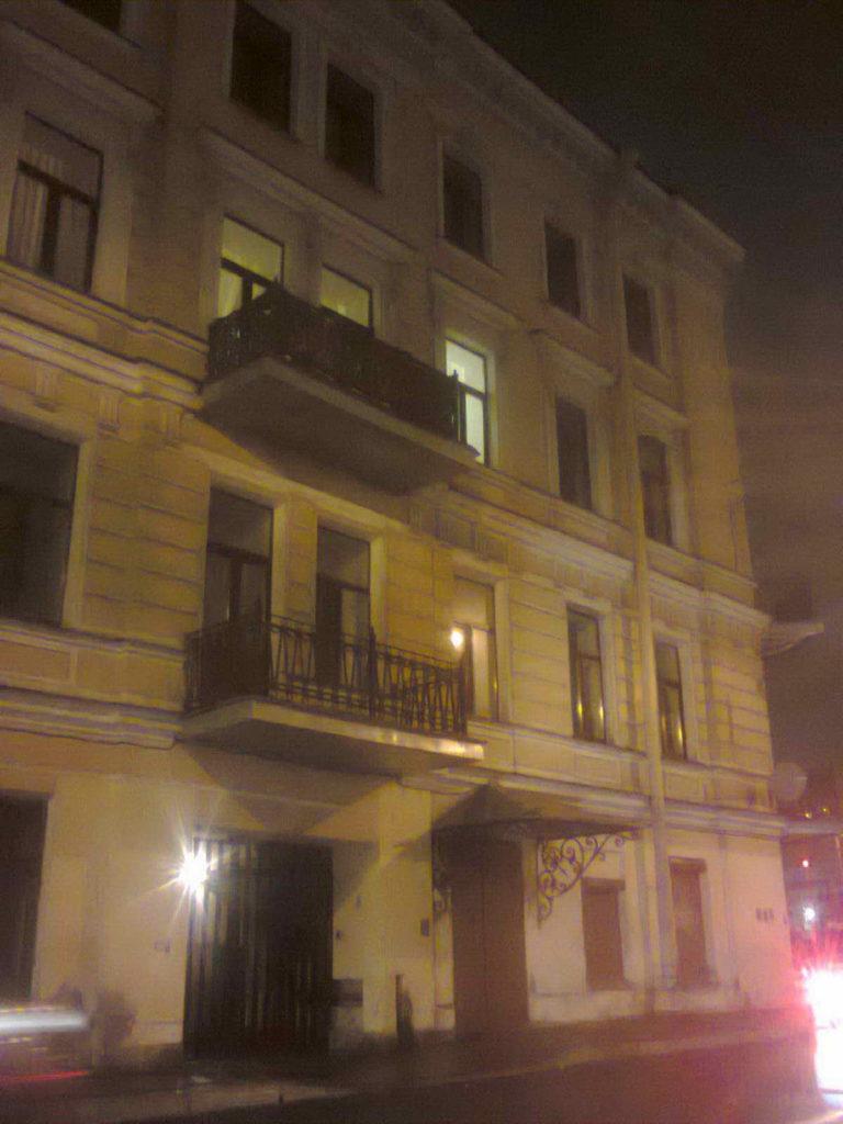 Балконная решётка сталинского образца на втором этаже старинного здания. Угол Фонтанки и Лермонтовского проспекта, октябрь 2019 года.